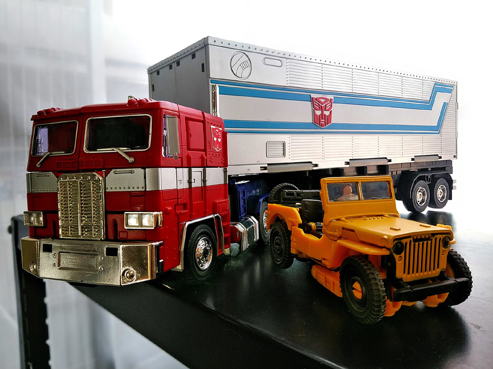 2020-05-03_transformers-studio-series_offroad-bumblebee_group-shot1.jpg