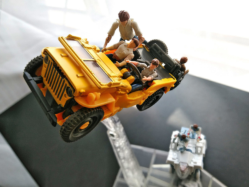 2020-05-03_transformers-studio-series_offroad-bumblebee_group-shot4.jpg