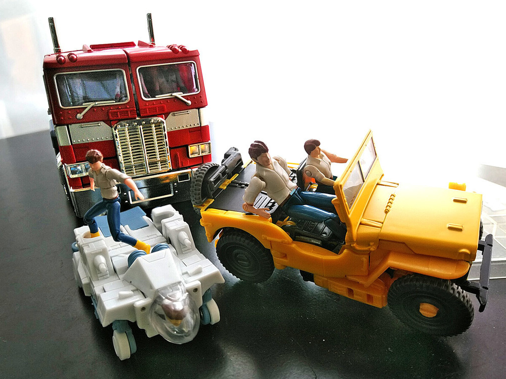 2020-05-03_transformers-studio-series_offroad-bumblebee_group-shot5.jpg